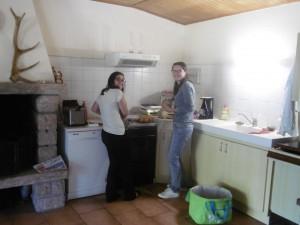 Hermence, notre psychologue et Floriane, aide-soignante à la cuisine!!
