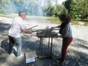 Notre cadre de santé et Michel, bénévole au barbecue!!